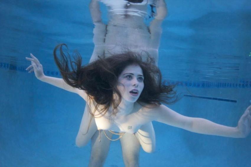 【水中セックスエロ画像】水中で泡履きながらフェラしたりレズプレイしたりちんこ挿入しちゃってる水中セックスのエロ画像集ww 72