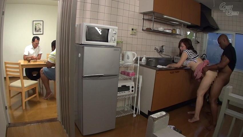 【キッチンエロ画像】人妻のセックス場所はベッドとキッチン!!台所で夫や不倫相手のちんこを立ちバック挿入する人妻の台所エロ画像集 20