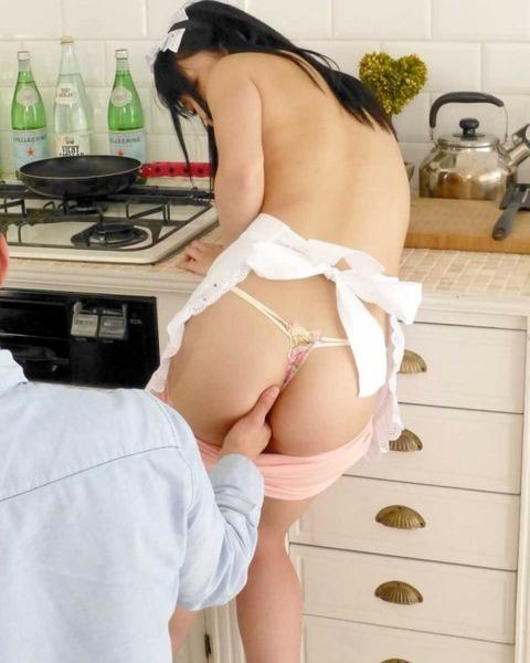 【キッチンエロ画像】人妻のセックス場所はベッドとキッチン!!台所で夫や不倫相手のちんこを立ちバック挿入する人妻の台所エロ画像集 42