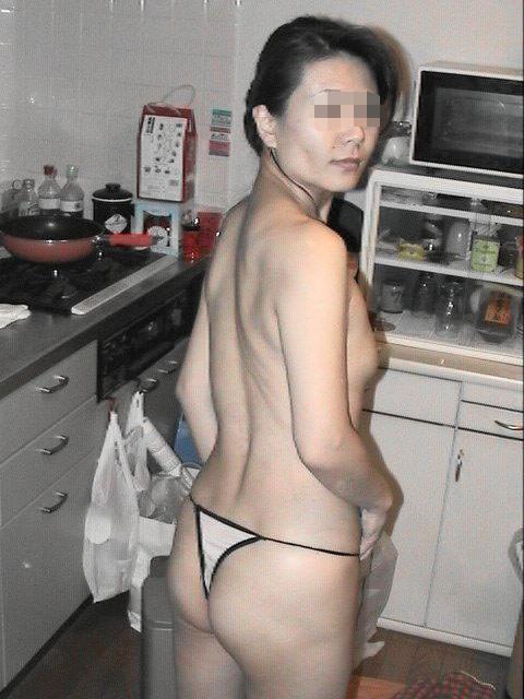 【キッチンエロ画像】人妻のセックス場所はベッドとキッチン!!台所で夫や不倫相手のちんこを立ちバック挿入する人妻の台所エロ画像集 51