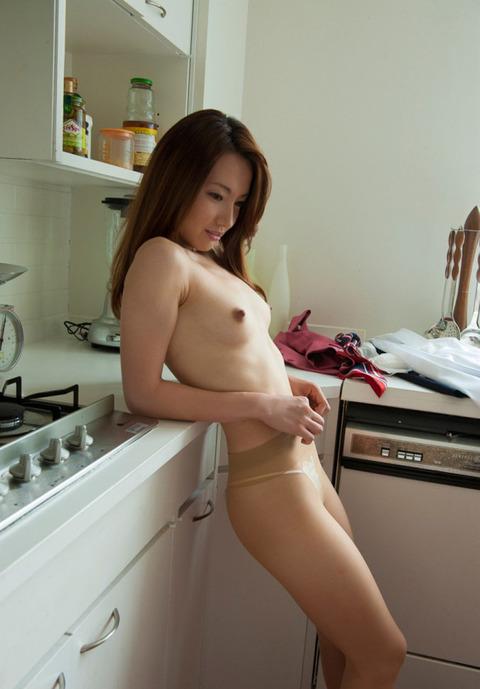 【キッチンエロ画像】人妻のセックス場所はベッドとキッチン!!台所で夫や不倫相手のちんこを立ちバック挿入する人妻の台所エロ画像集 64