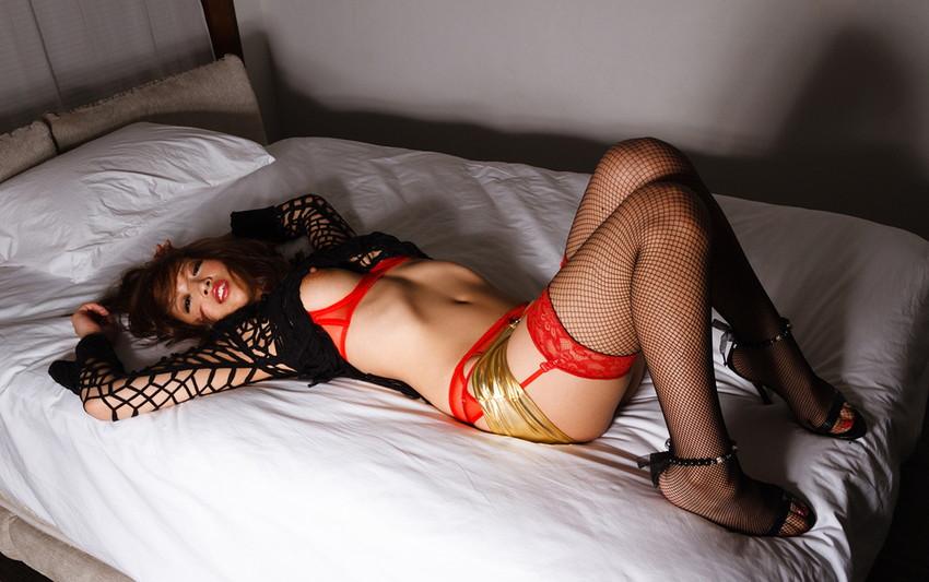 【ガーターベルトエロ画像】エロボディなギャルが全裸ガーターベルトでご奉仕セックスしてくれるエロさは異常ww 78