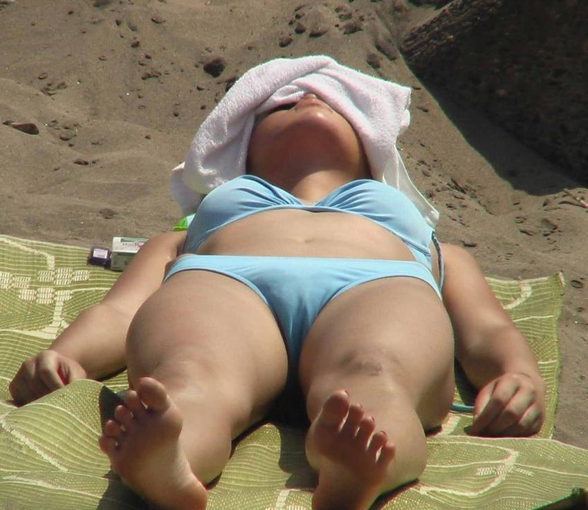 【水着盗撮エロ画像】ビーチやプールでビキニギャル達のエロ尻やまんすじ食い込みを盗撮しまくった水着盗撮のエロ画像集!ww 24