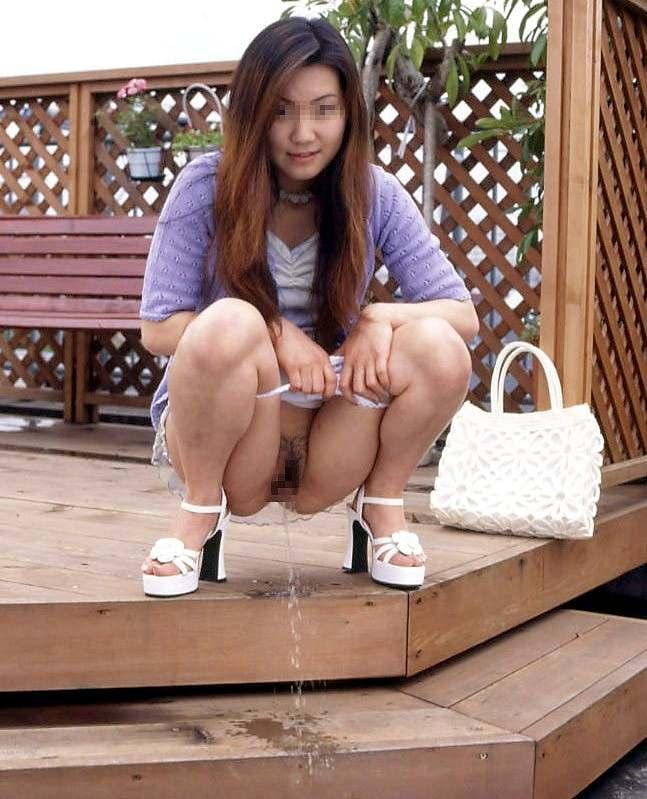 【放尿エロ画像】露出狂女子が屋外でM字開脚して公開おしっこしたりドMな女子が恥じらいながらお漏らししちゃってる放尿エロ画像集ww 36