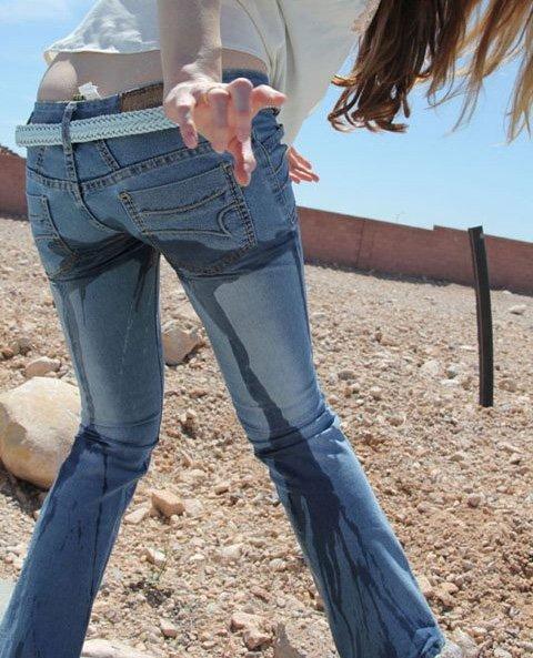 【放尿エロ画像】露出狂女子が屋外でM字開脚して公開おしっこしたりドMな女子が恥じらいながらお漏らししちゃってる放尿エロ画像集ww 37