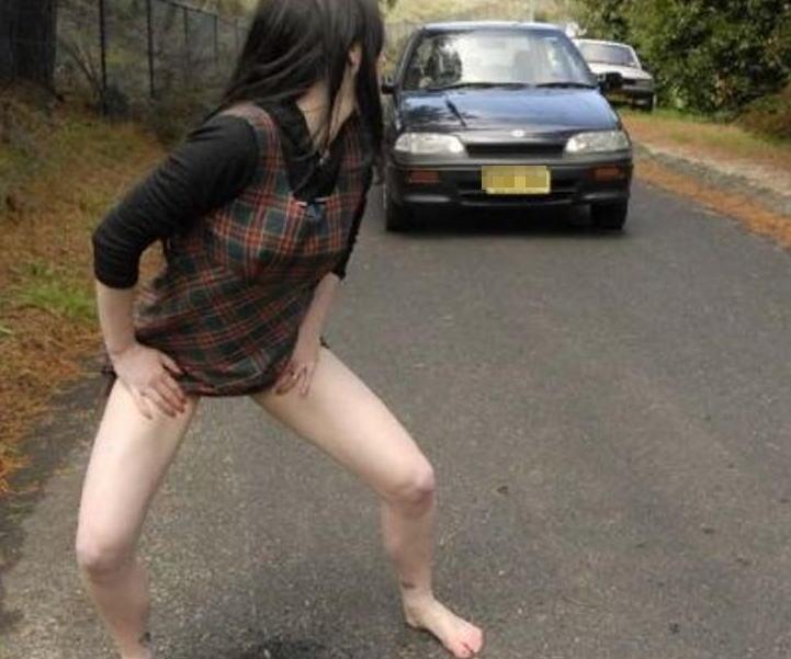 【放尿エロ画像】露出狂女子が屋外でM字開脚して公開おしっこしたりドMな女子が恥じらいながらお漏らししちゃってる放尿エロ画像集ww 64