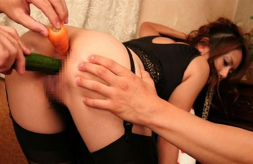 【異物挿入エロ画像】ちんこやバイブはたり前!野菜や瓶などビッチまんこに異物挿入して中イキや潮吹きさせちゃってる異物挿入のエロ画像集w 18
