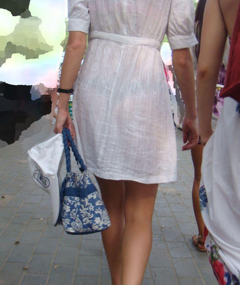 【透けパンエロ画像】街中で盗撮された奇跡!タイトスカートや白ズボンの素人お姉さん達が透けパンしちゃってるエロ画像集!ww 03