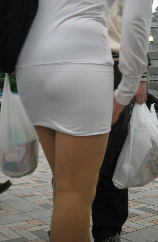 【透けパンエロ画像】街中で盗撮された奇跡!タイトスカートや白ズボンの素人お姉さん達が透けパンしちゃってるエロ画像集!ww 07