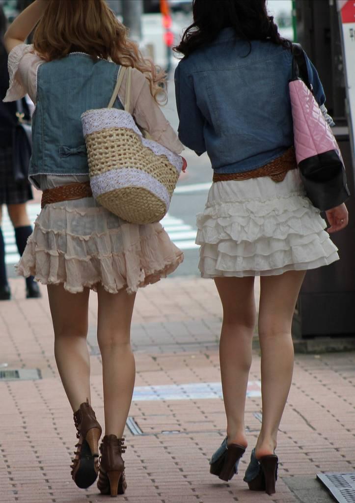 【透けパンエロ画像】街中で盗撮された奇跡!タイトスカートや白ズボンの素人お姉さん達が透けパンしちゃってるエロ画像集!ww 08