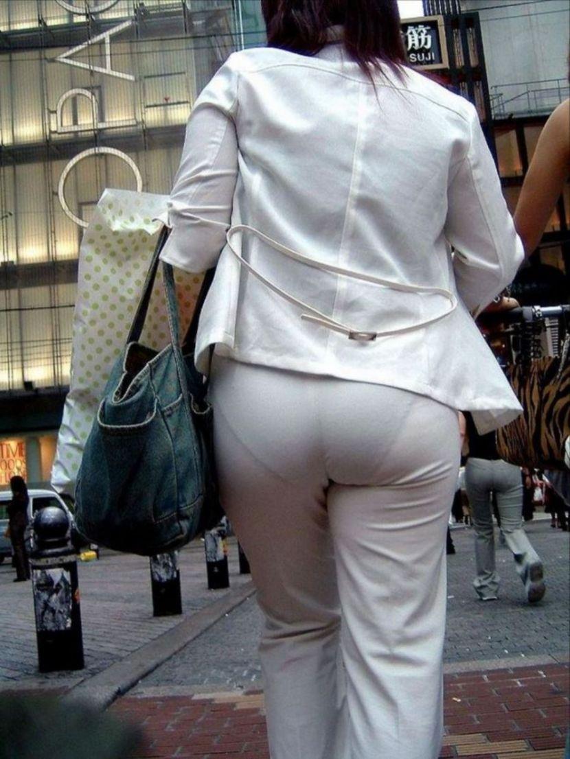 【透けパンエロ画像】街中で盗撮された奇跡!タイトスカートや白ズボンの素人お姉さん達が透けパンしちゃってるエロ画像集!ww 10