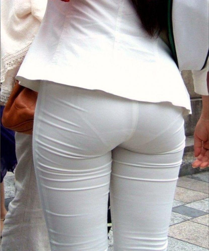 【透けパンエロ画像】街中で盗撮された奇跡!タイトスカートや白ズボンの素人お姉さん達が透けパンしちゃってるエロ画像集!ww 12