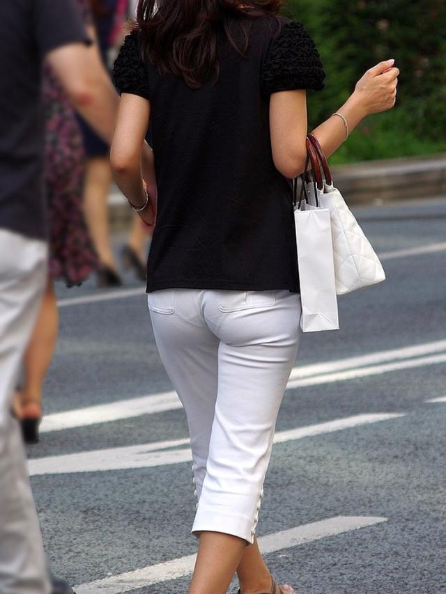 【透けパンエロ画像】街中で盗撮された奇跡!タイトスカートや白ズボンの素人お姉さん達が透けパンしちゃってるエロ画像集!ww 14