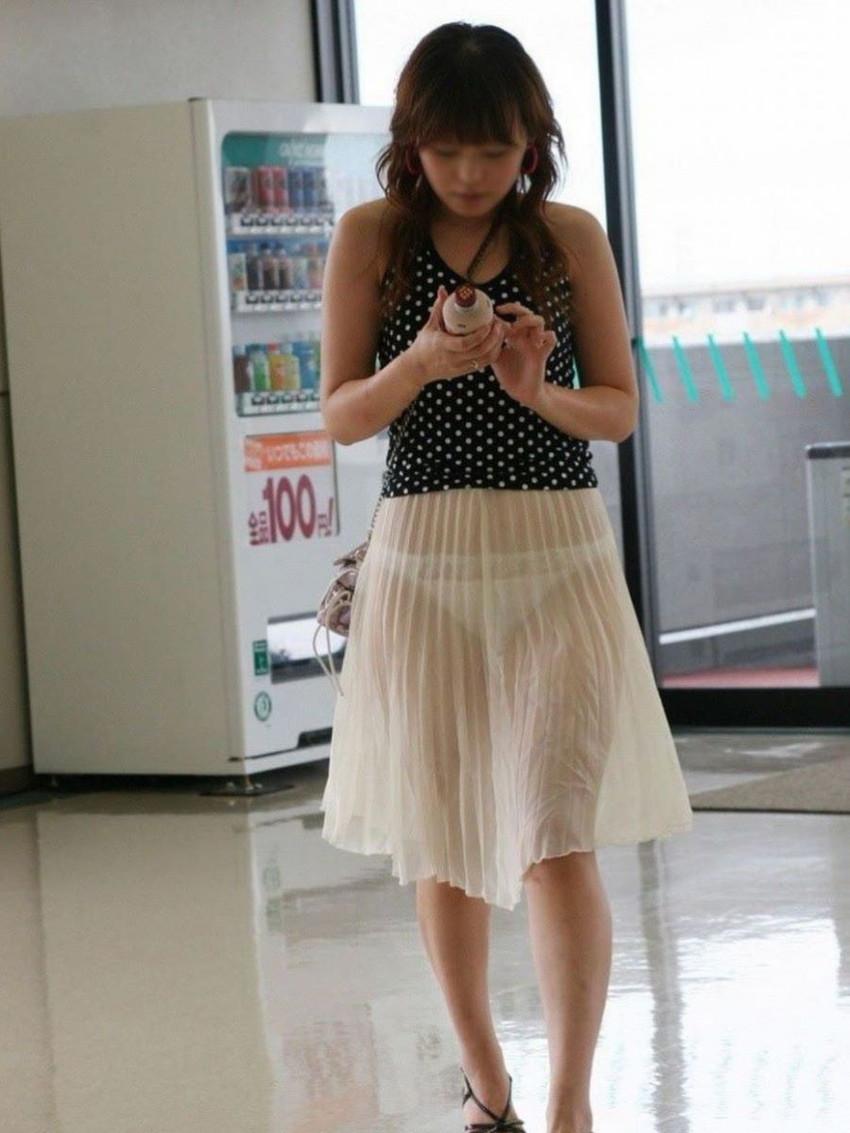 【透けパンエロ画像】街中で盗撮された奇跡!タイトスカートや白ズボンの素人お姉さん達が透けパンしちゃってるエロ画像集!ww 19