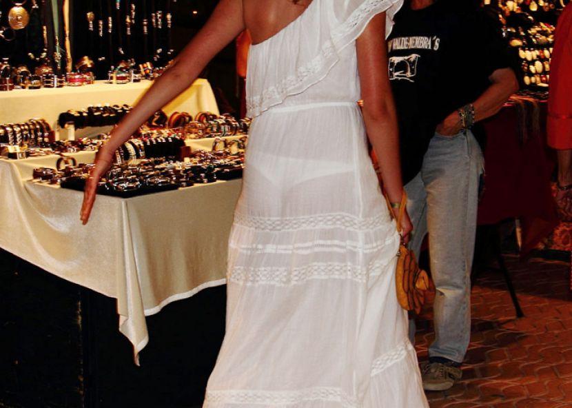 【透けパンエロ画像】街中で盗撮された奇跡!タイトスカートや白ズボンの素人お姉さん達が透けパンしちゃってるエロ画像集!ww 26