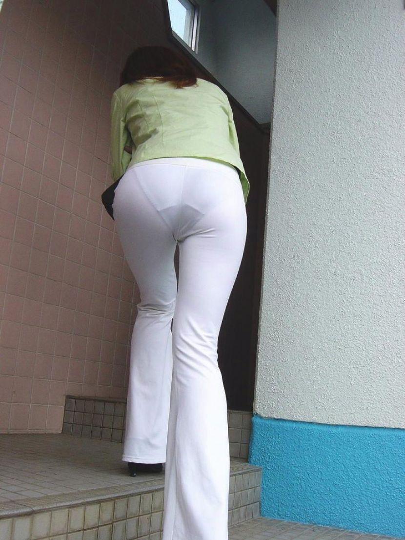 【透けパンエロ画像】街中で盗撮された奇跡!タイトスカートや白ズボンの素人お姉さん達が透けパンしちゃってるエロ画像集!ww 31