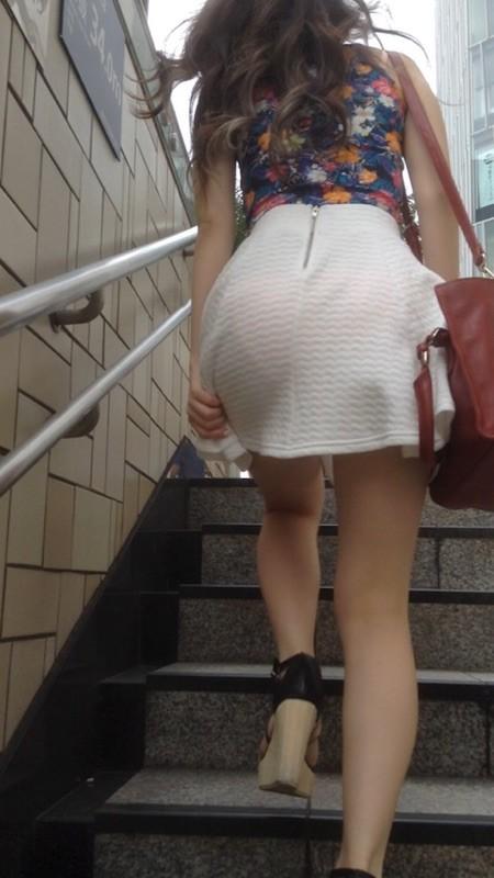 【透けパンエロ画像】街中で盗撮された奇跡!タイトスカートや白ズボンの素人お姉さん達が透けパンしちゃってるエロ画像集!ww 36