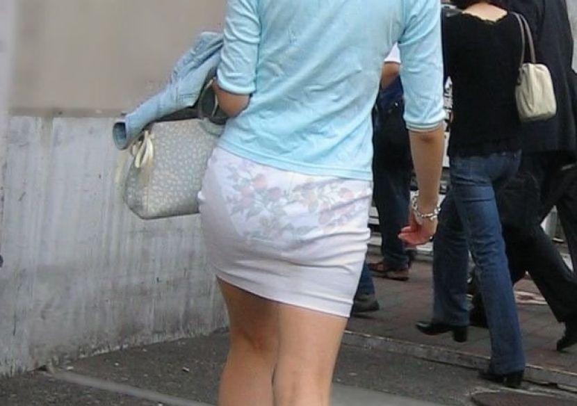 【透けパンエロ画像】街中で盗撮された奇跡!タイトスカートや白ズボンの素人お姉さん達が透けパンしちゃってるエロ画像集!ww 37