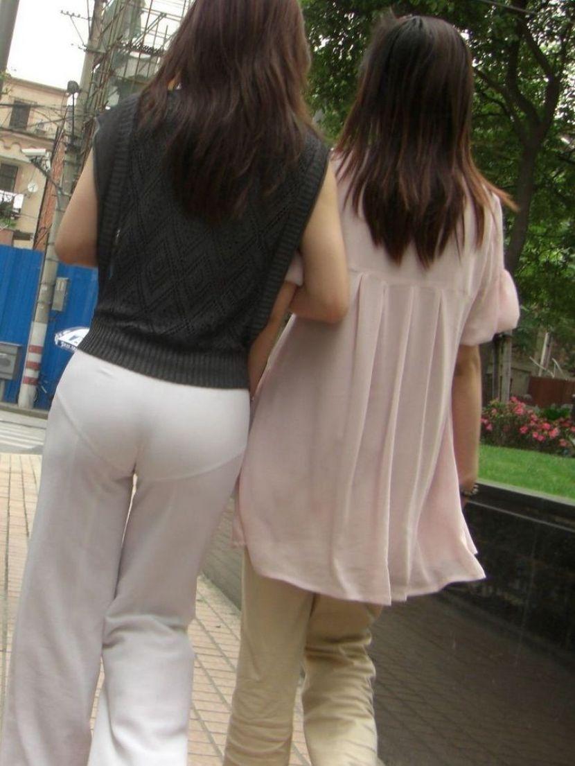 【透けパンエロ画像】街中で盗撮された奇跡!タイトスカートや白ズボンの素人お姉さん達が透けパンしちゃってるエロ画像集!ww 39