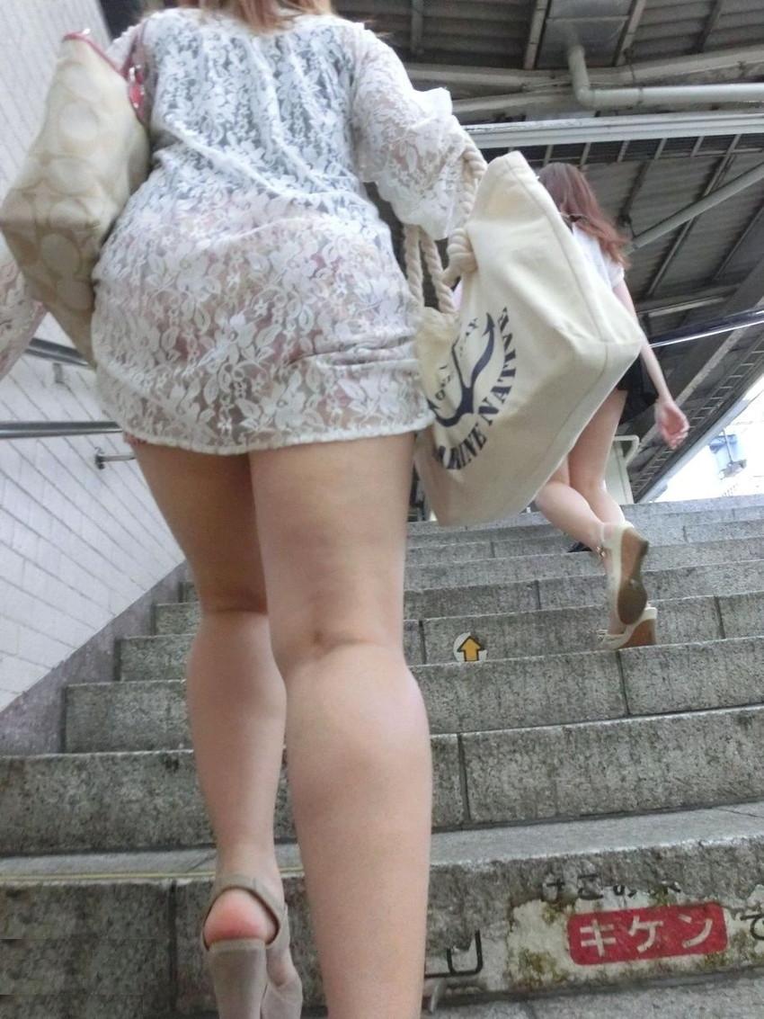 【透けパンエロ画像】街中で盗撮された奇跡!タイトスカートや白ズボンの素人お姉さん達が透けパンしちゃってるエロ画像集!ww 41