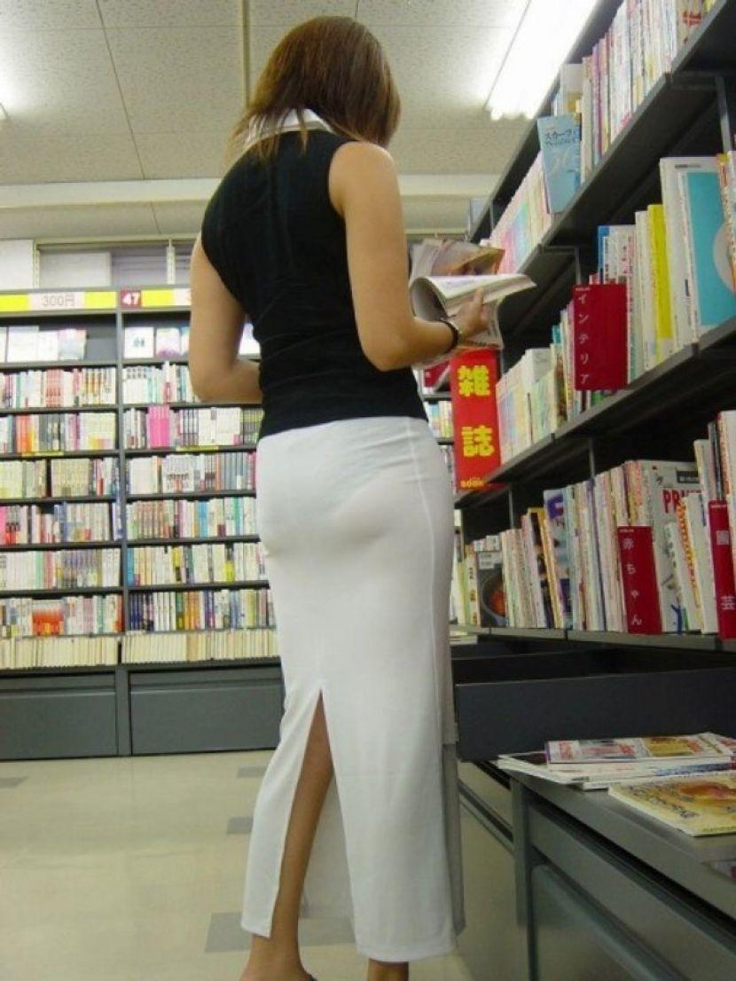 【透けパンエロ画像】街中で盗撮された奇跡!タイトスカートや白ズボンの素人お姉さん達が透けパンしちゃってるエロ画像集!ww 42