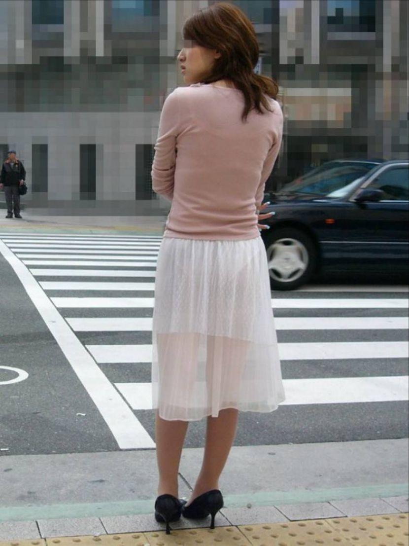 【透けパンエロ画像】街中で盗撮された奇跡!タイトスカートや白ズボンの素人お姉さん達が透けパンしちゃってるエロ画像集!ww 44