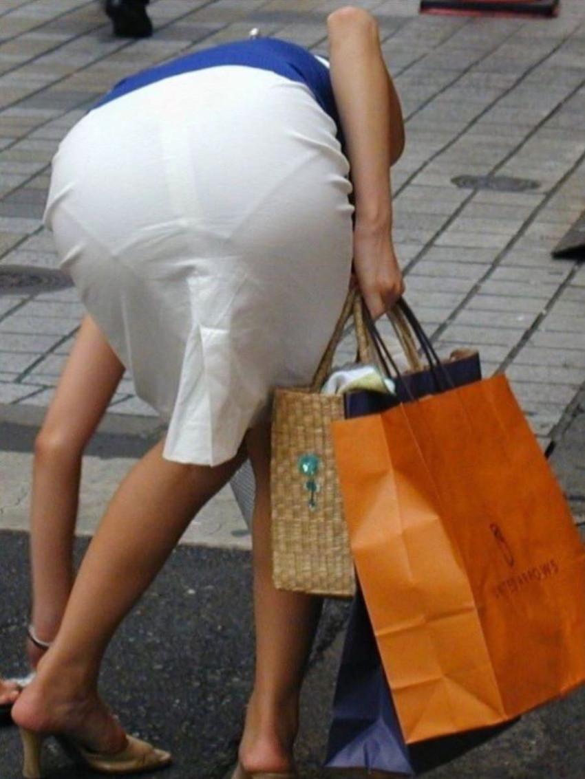 【透けパンエロ画像】街中で盗撮された奇跡!タイトスカートや白ズボンの素人お姉さん達が透けパンしちゃってるエロ画像集!ww 47