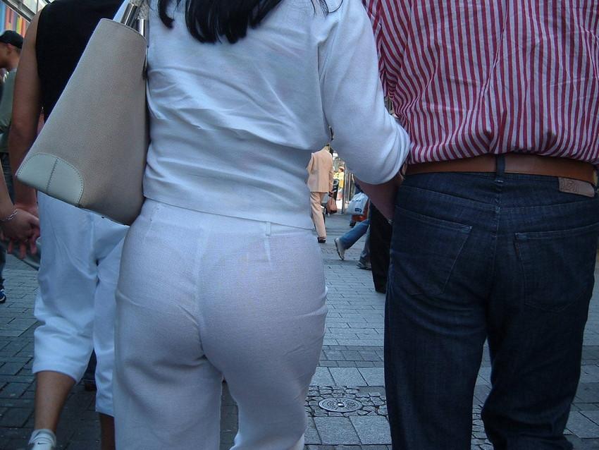 【透けパンエロ画像】街中で盗撮された奇跡!タイトスカートや白ズボンの素人お姉さん達が透けパンしちゃってるエロ画像集!ww 48