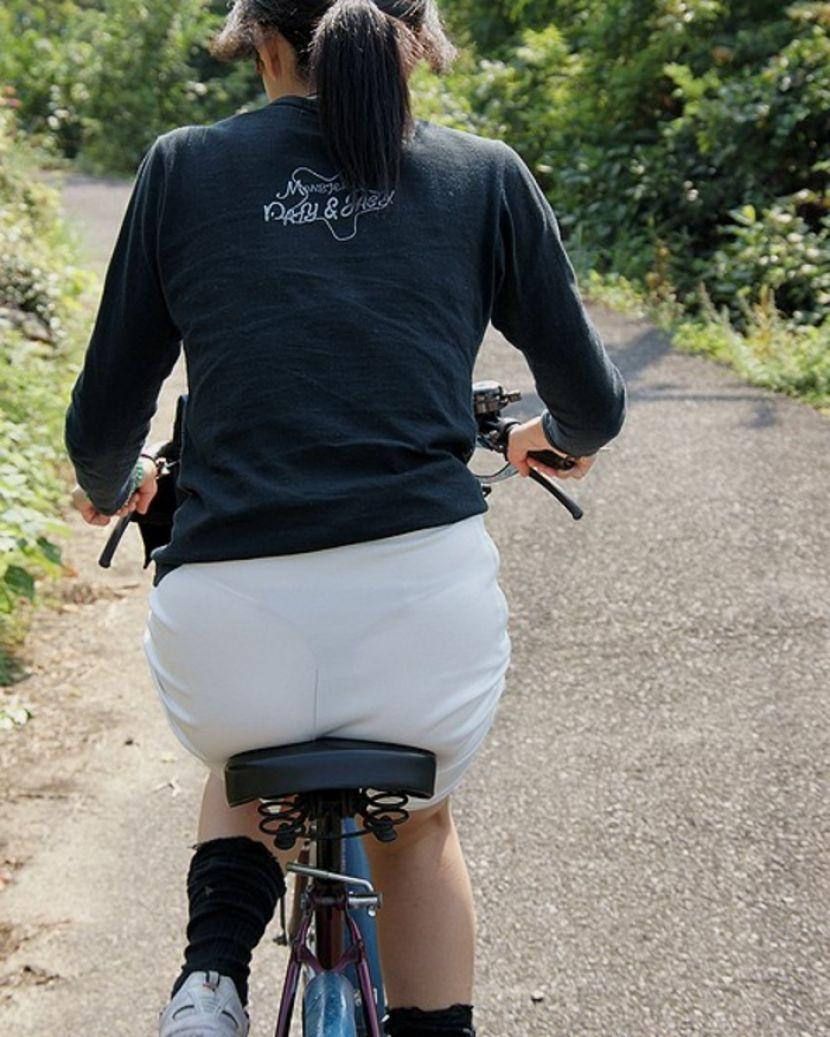 【透けパンエロ画像】街中で盗撮された奇跡!タイトスカートや白ズボンの素人お姉さん達が透けパンしちゃってるエロ画像集!ww 50