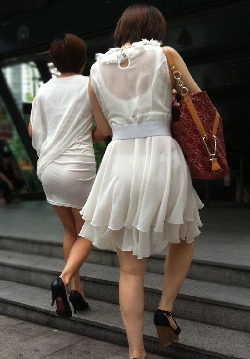 【透けパンエロ画像】街中で盗撮された奇跡!タイトスカートや白ズボンの素人お姉さん達が透けパンしちゃってるエロ画像集!ww 52