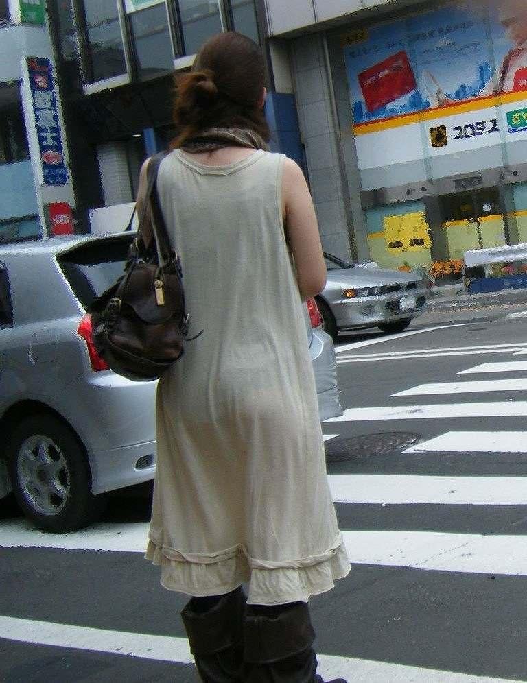 【透けパンエロ画像】街中で盗撮された奇跡!タイトスカートや白ズボンの素人お姉さん達が透けパンしちゃってるエロ画像集!ww 58