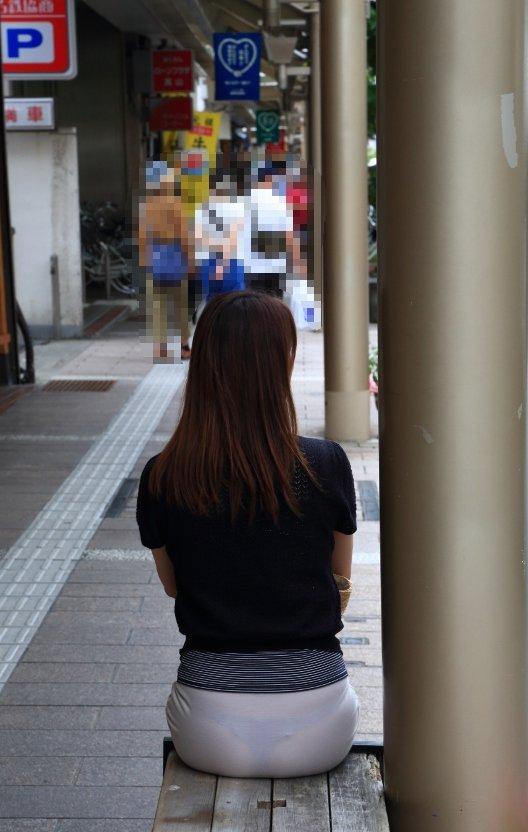 【透けパンエロ画像】街中で盗撮された奇跡!タイトスカートや白ズボンの素人お姉さん達が透けパンしちゃってるエロ画像集!ww 59