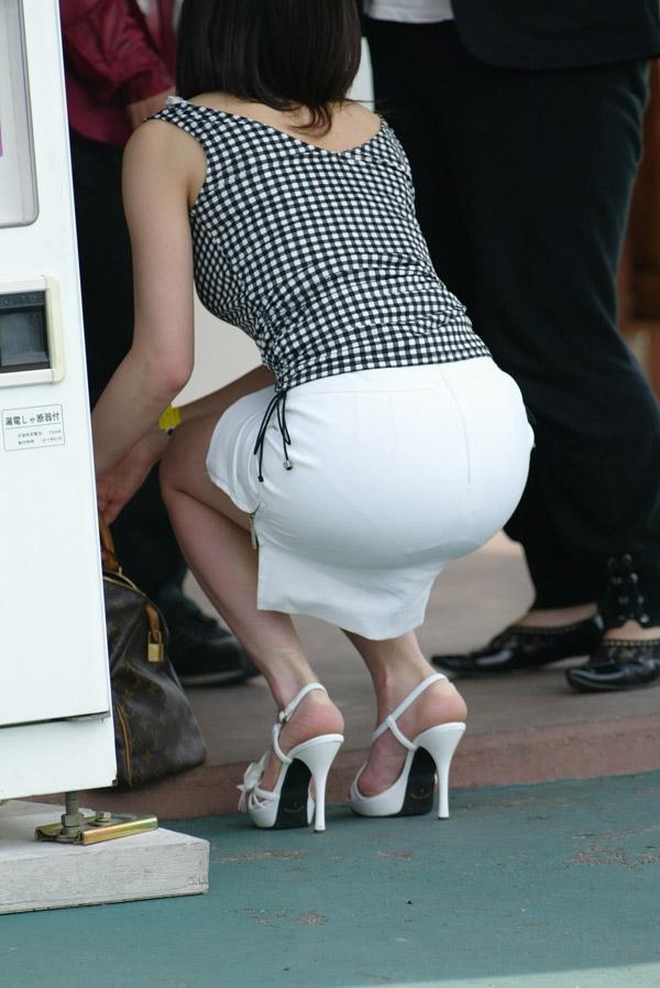 【透けパンエロ画像】街中で盗撮された奇跡!タイトスカートや白ズボンの素人お姉さん達が透けパンしちゃってるエロ画像集!ww 63