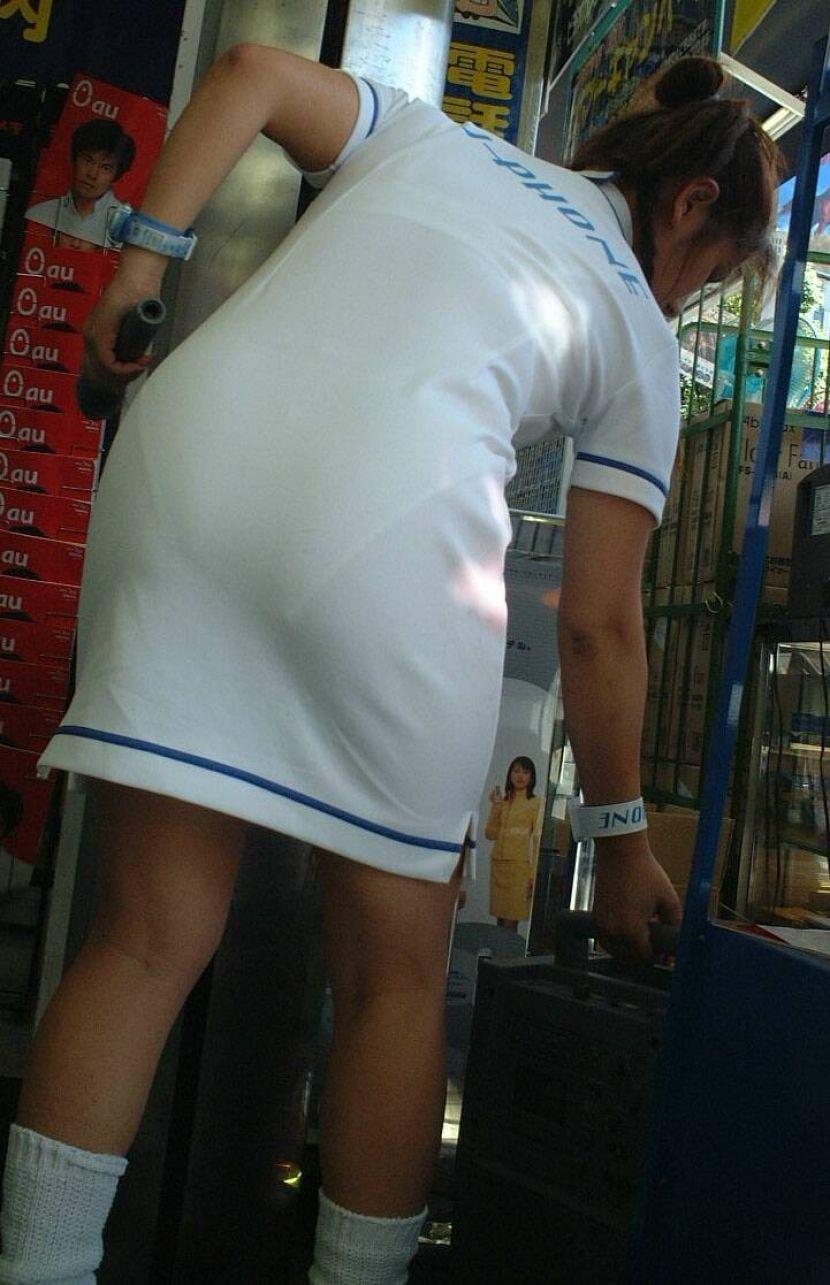 【透けパンエロ画像】街中で盗撮された奇跡!タイトスカートや白ズボンの素人お姉さん達が透けパンしちゃってるエロ画像集!ww 64