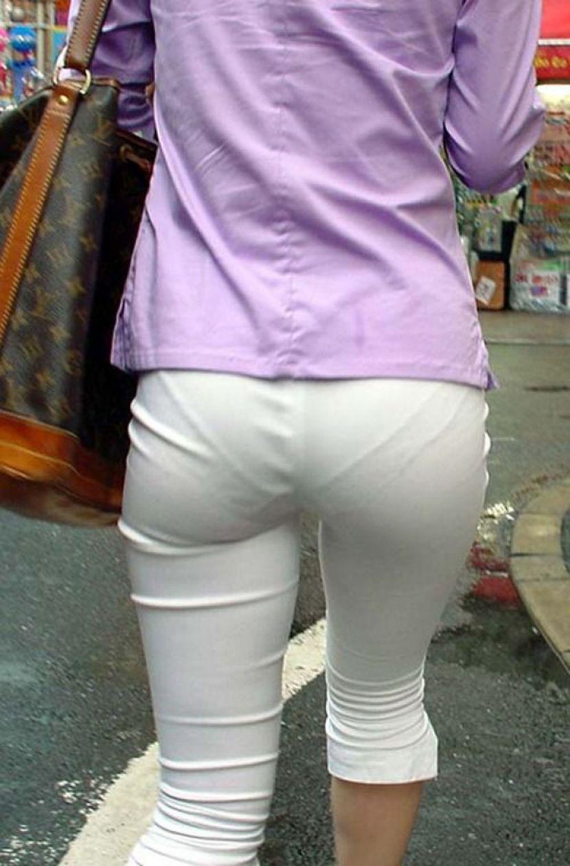 【透けパンエロ画像】街中で盗撮された奇跡!タイトスカートや白ズボンの素人お姉さん達が透けパンしちゃってるエロ画像集!ww 65