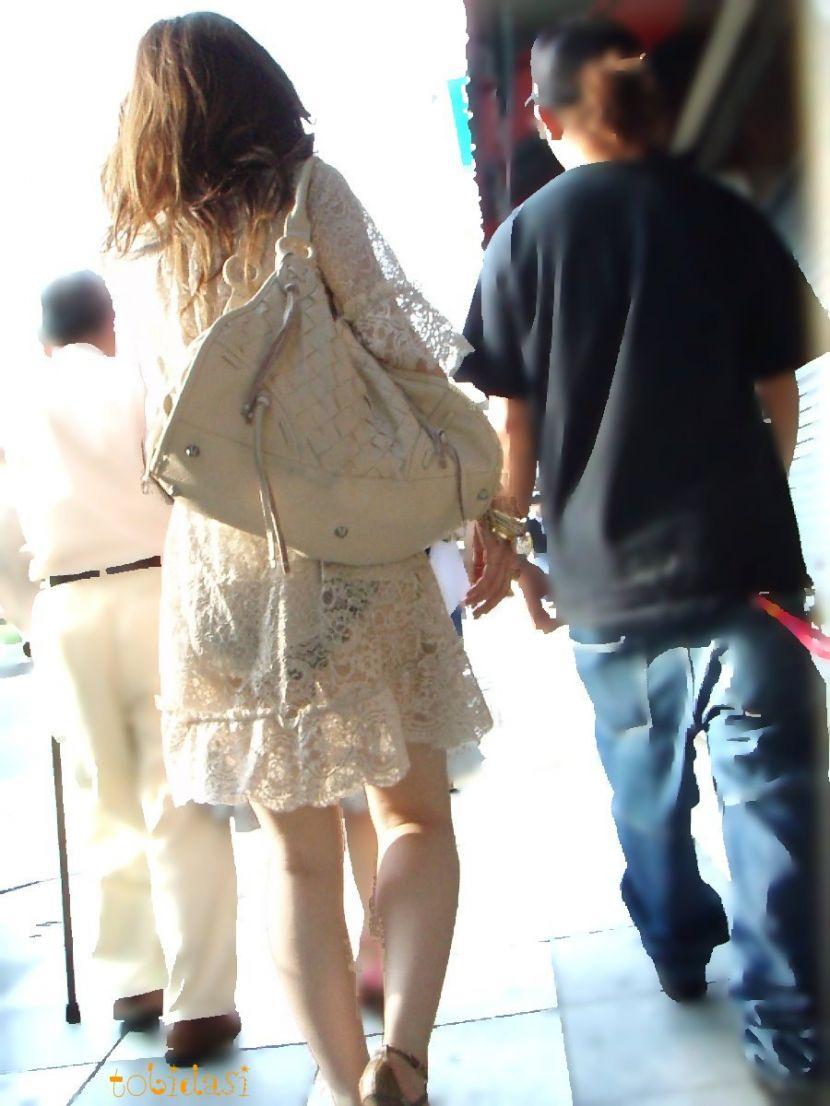 【透けパンエロ画像】街中で盗撮された奇跡!タイトスカートや白ズボンの素人お姉さん達が透けパンしちゃってるエロ画像集!ww 66