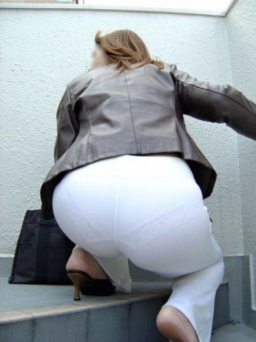 【透けパンエロ画像】街中で盗撮された奇跡!タイトスカートや白ズボンの素人お姉さん達が透けパンしちゃってるエロ画像集!ww 67