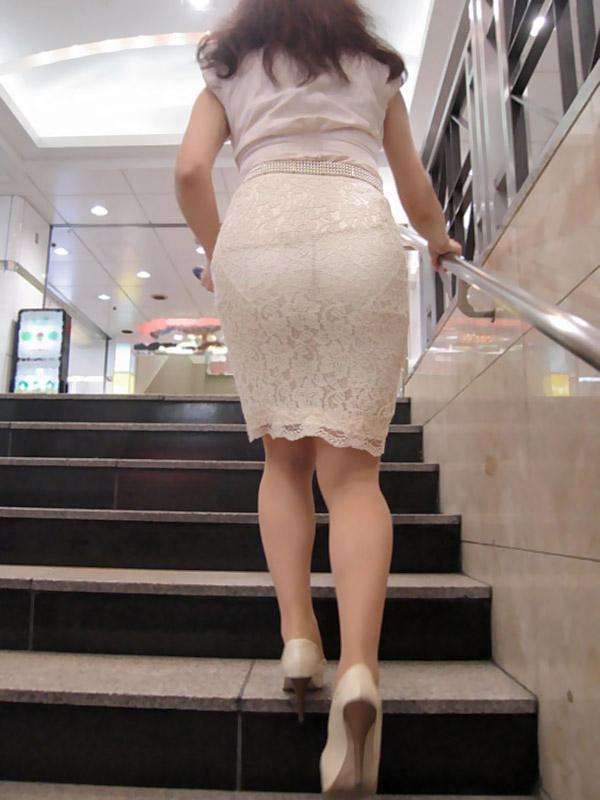 【透けパンエロ画像】街中で盗撮された奇跡!タイトスカートや白ズボンの素人お姉さん達が透けパンしちゃってるエロ画像集!ww 69