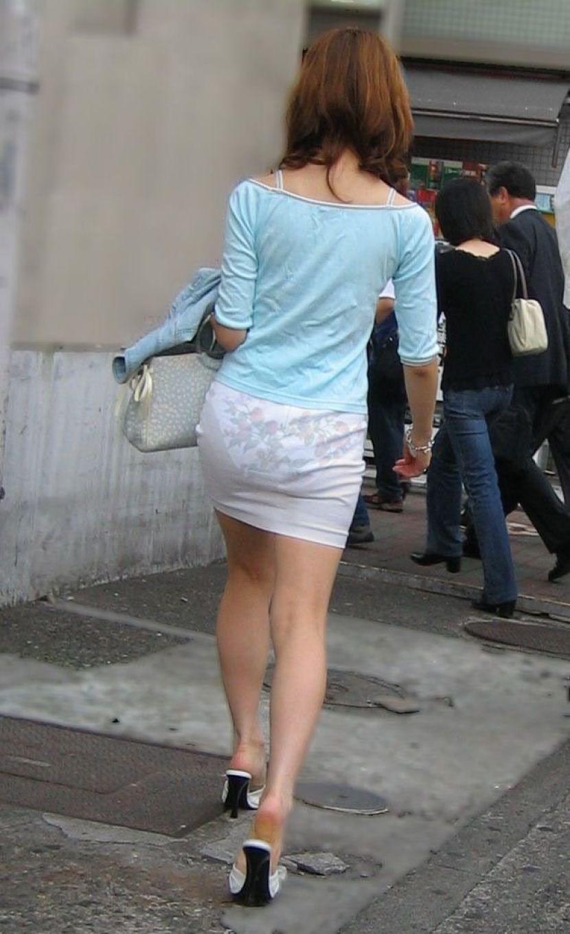 【透けパンエロ画像】街中で盗撮された奇跡!タイトスカートや白ズボンの素人お姉さん達が透けパンしちゃってるエロ画像集!ww 71