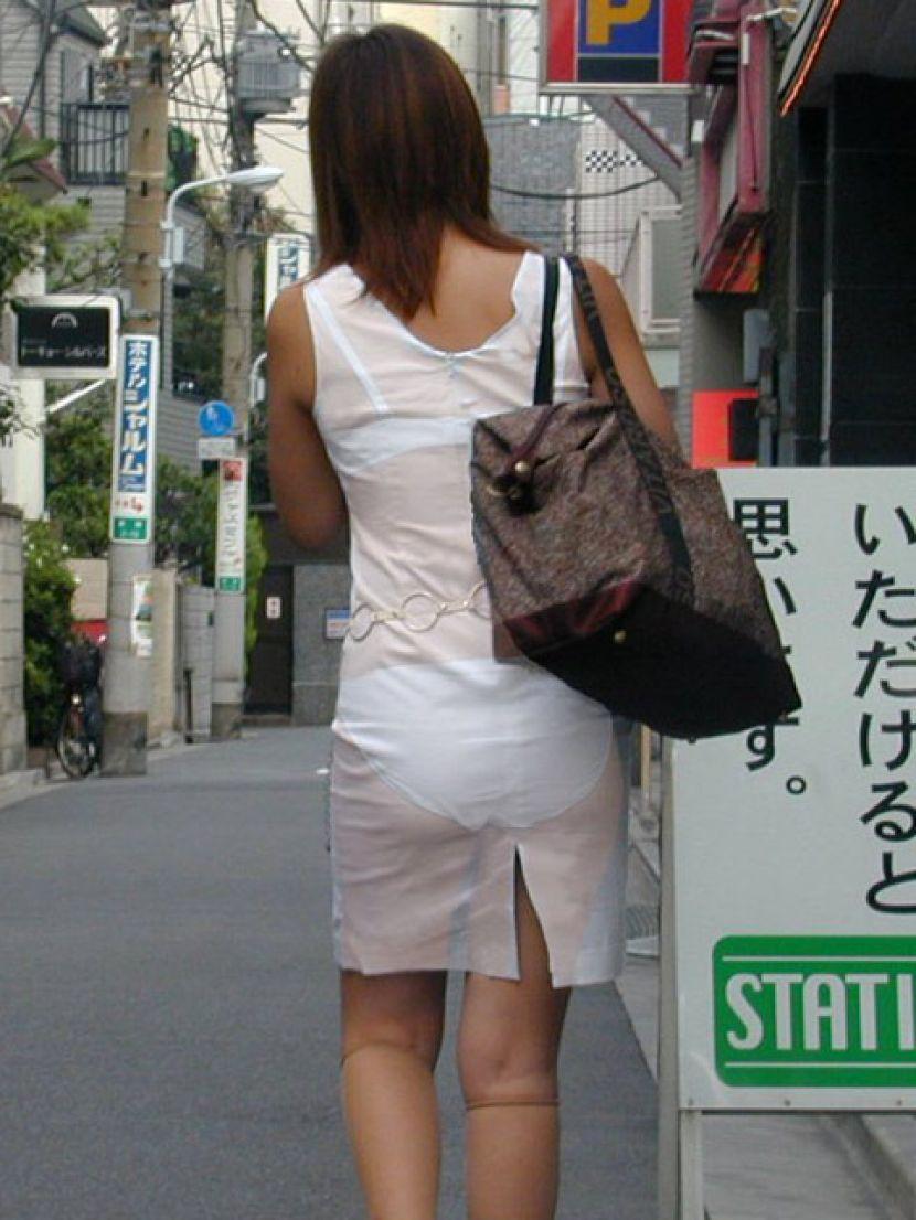【透けパンエロ画像】街中で盗撮された奇跡!タイトスカートや白ズボンの素人お姉さん達が透けパンしちゃってるエロ画像集!ww 73