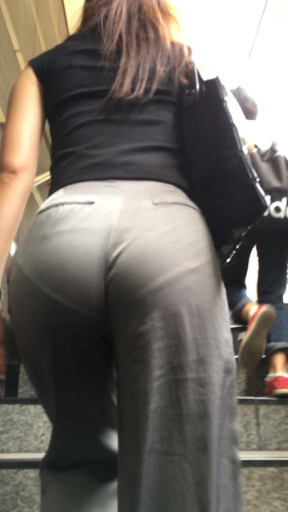 【透けパンエロ画像】街中で盗撮された奇跡!タイトスカートや白ズボンの素人お姉さん達が透けパンしちゃってるエロ画像集!ww 74