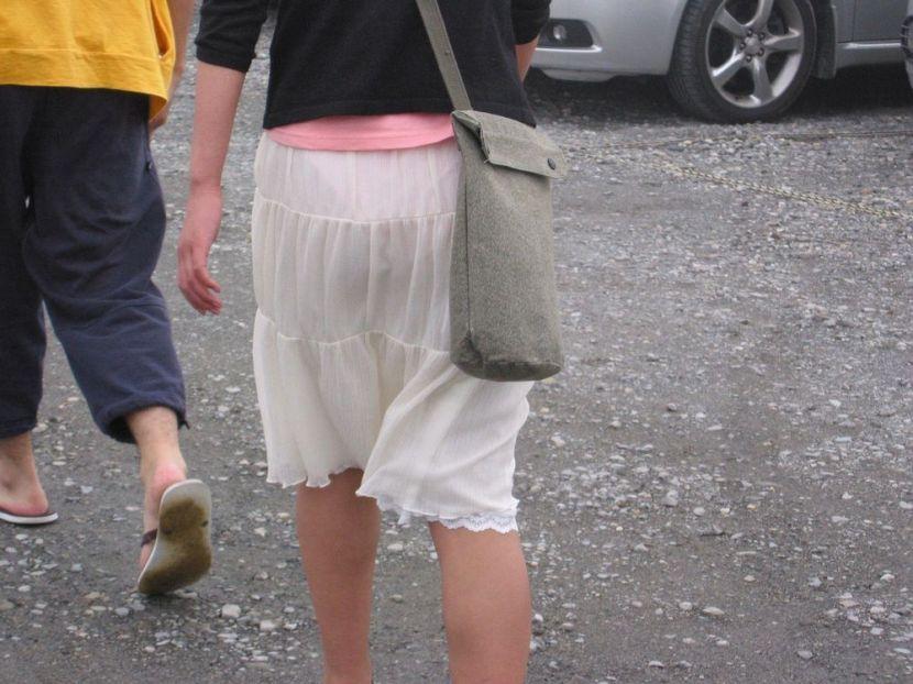 【透けパンエロ画像】街中で盗撮された奇跡!タイトスカートや白ズボンの素人お姉さん達が透けパンしちゃってるエロ画像集!ww 78