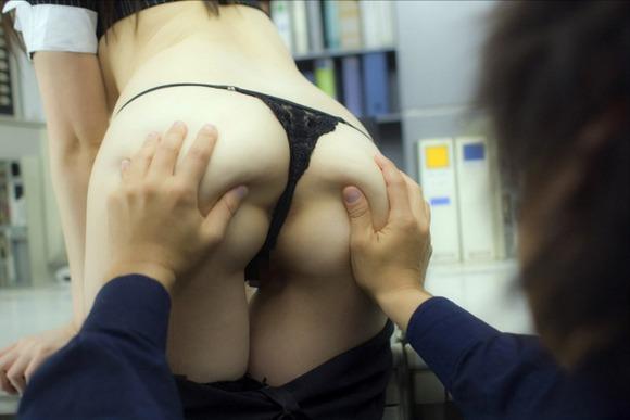 【尻揉みエロ画像】美女の美尻や人妻のデカ尻揉みまくってアナルがくぱぁ状態になっちゃってる尻揉みエロ画像集! 32