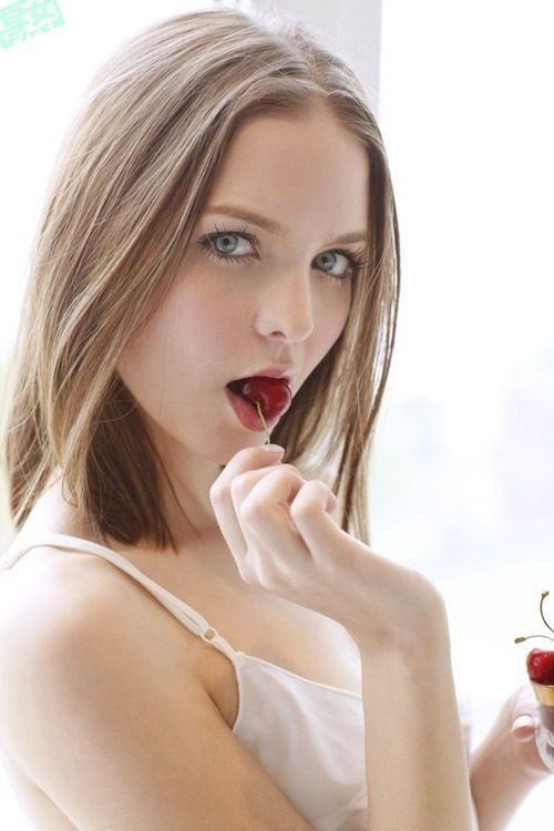 【疑似フェラエロ画像】果物やキャンディーなどをちんこに見立てて先っちょペロペロ舐めてる疑似フェラ画像集ww 56