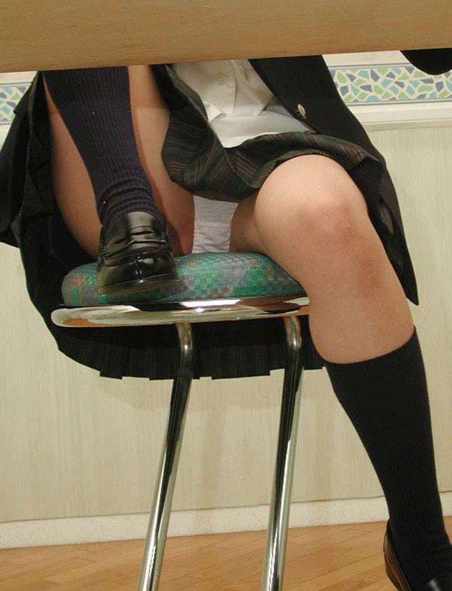 【机の下エロ画像】教室の机の下でJKのパンチラ盗撮したりデスク下でスーツや事務制服のOLパンチラ隠し撮りした机のしたエロ画像集ww 13