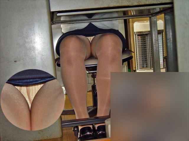 【机の下エロ画像】教室の机の下でJKのパンチラ盗撮したりデスク下でスーツや事務制服のOLパンチラ隠し撮りした机のしたエロ画像集ww 43