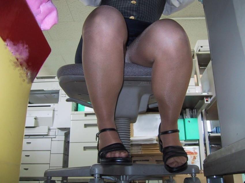 【机の下エロ画像】教室の机の下でJKのパンチラ盗撮したりデスク下でスーツや事務制服のOLパンチラ隠し撮りした机のしたエロ画像集ww 45