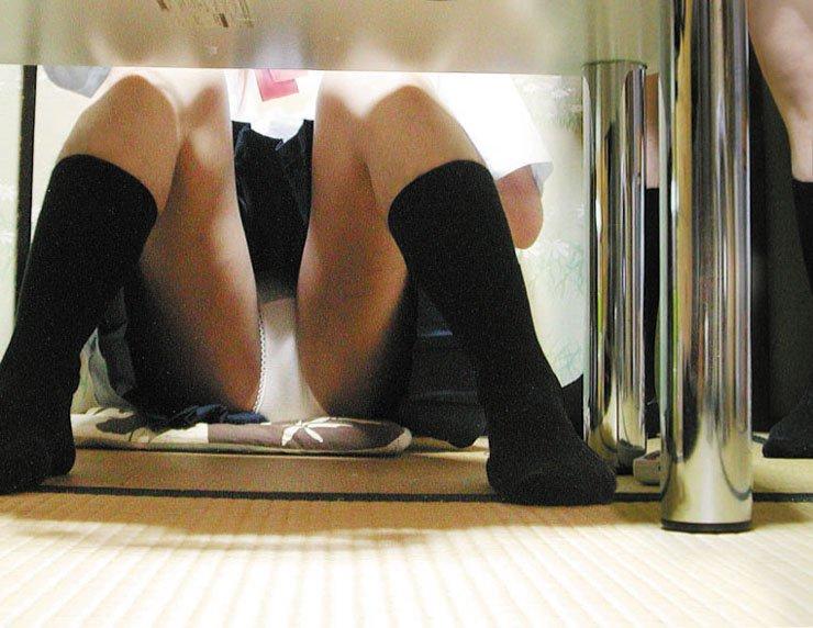 【机の下エロ画像】教室の机の下でJKのパンチラ盗撮したりデスク下でスーツや事務制服のOLパンチラ隠し撮りした机のしたエロ画像集ww 77