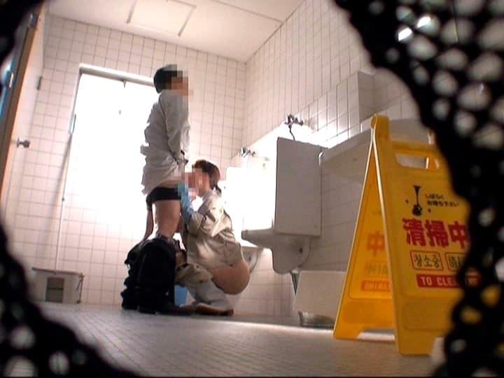 【清掃員エロ画像】公衆便所や銭湯やビルで清掃員してる欲求不満熟女を仕事中に寝取った清掃員エロ画像集! 37