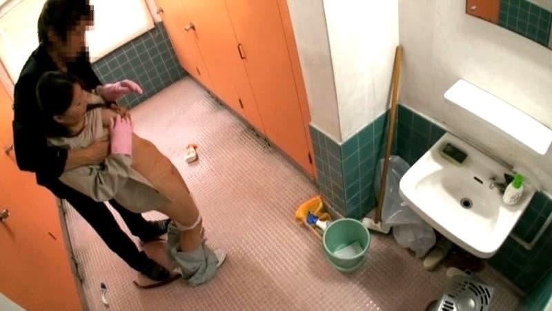 【清掃員エロ画像】公衆便所や銭湯やビルで清掃員してる欲求不満熟女を仕事中に寝取った清掃員エロ画像集! 42